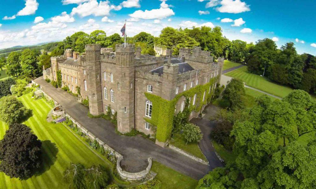 Castello di Scone in Scozia immerso nel verde