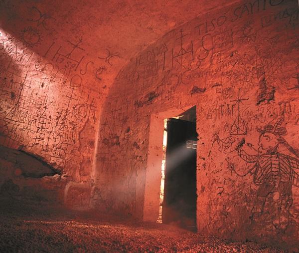 Cella carceraria dell'inquisizione a Narni con graffiti
