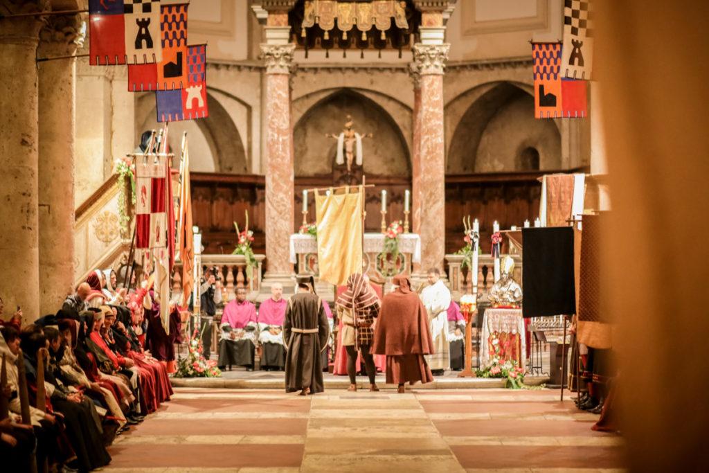 Cattedrale di Narni e costumanti della Corsa all'Anello