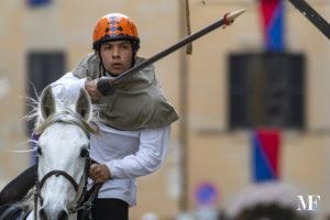 cavaliere centra l'anello durante la corsa storica